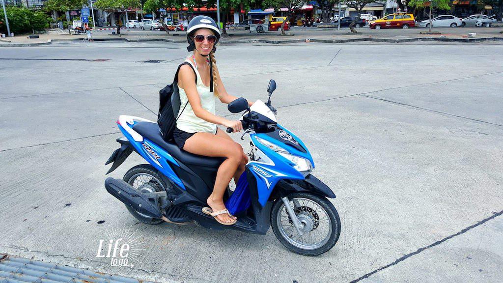 Roller fahren in Asien - Jessica und Roller in Thailand