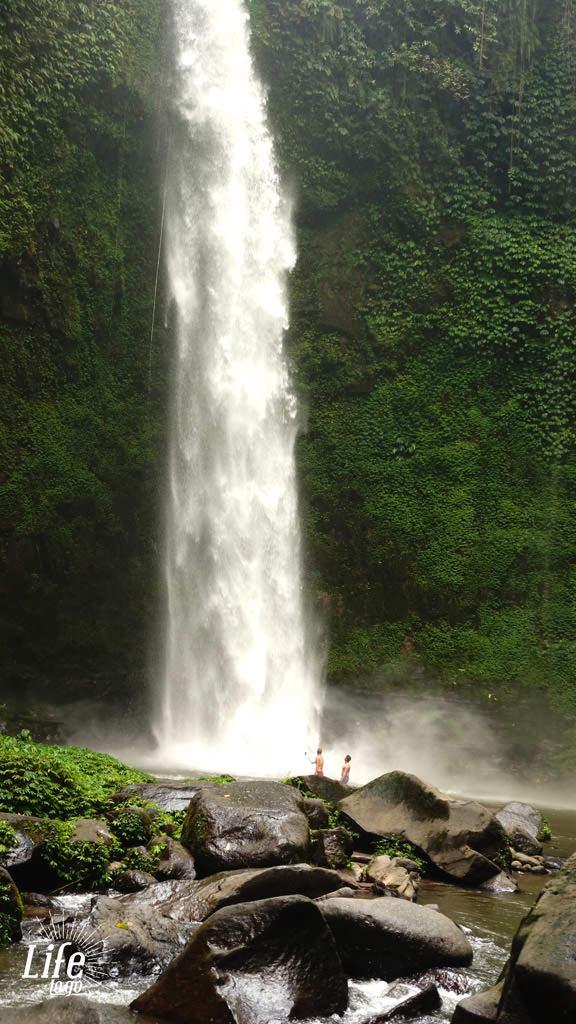 Der Nungnung Wasserfall aus der Ferne - Blogbeitrag über Bali, Reisterassen und Wasserfälle