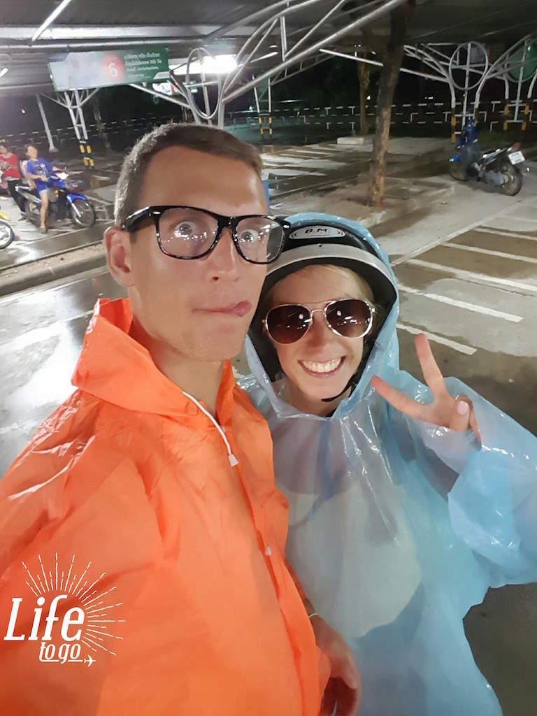 Rollerfahrt mit Regencapes - Roller fahren in Asien