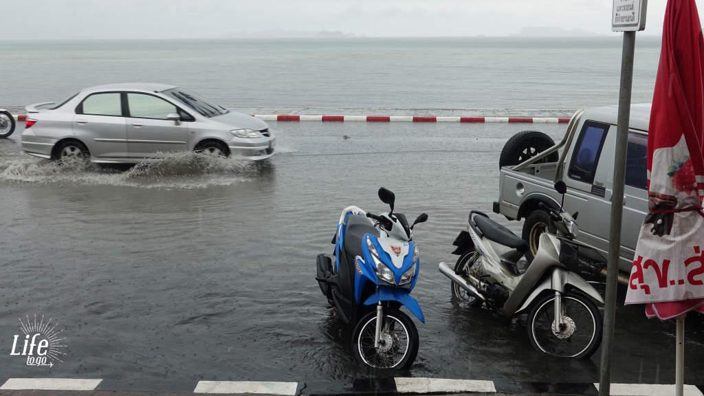 unser Roller und starker Monsunregenschauer