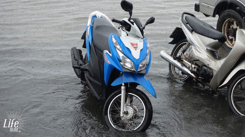 Roller im Regen auf Koh Samui - Roller fahren in Asien