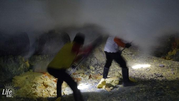 Minenarbeiter auf dem Mount Ijen