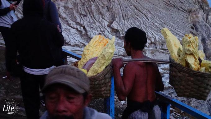 Minenarbeiter auf dem Mount Ijen Vulkan Schwefel