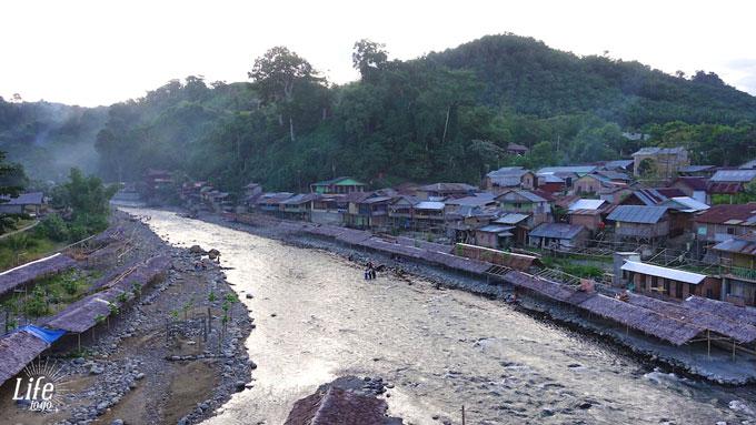 Blechhütten im Dorf Bukit Lawang