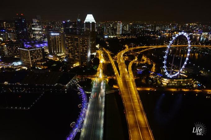 Singapur bei Nacht mit dem Singapore Flyer vom Marina Bay Sands Hotel