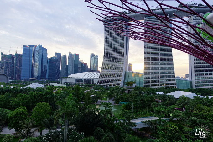 Gardens by the Bay Skywalk Marina Bay Sands Hotel Aussicht