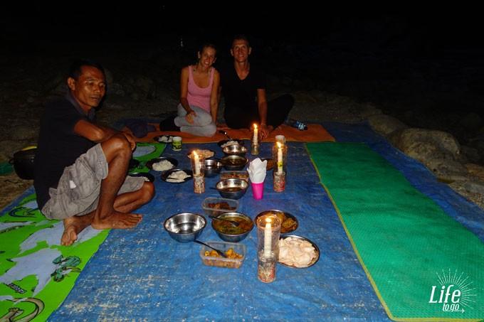 Abendessen im Dschungel auf der Orang Utan Tour in Bukit Lawang