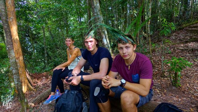 Freunde aus Litauen und Jessi von Life to go auf der Orang Utan Tour in Bukit Lawang
