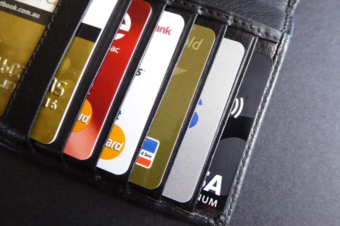Bewahre Kreditkarten auf Reisen an verschiedenen Orten auf