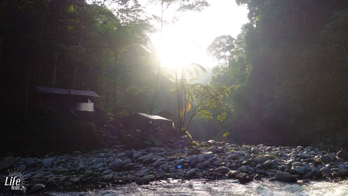 Trekking Tour Camp in Bukit Lawang am wilden Fluss in der Morgensonne
