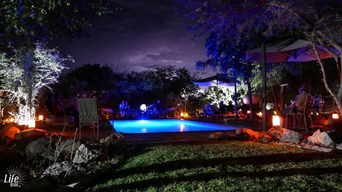 Etosha Village Pool in der Nacht