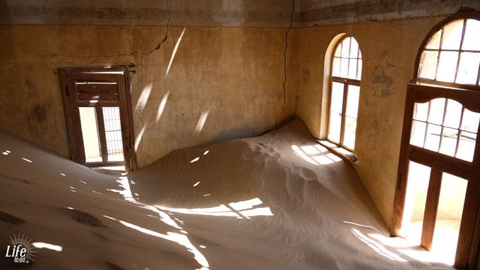 Sand in der Geisterstadt Kolmanskop Namibia