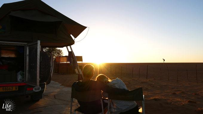 Sonnenuntergang auf der D707 Namibia