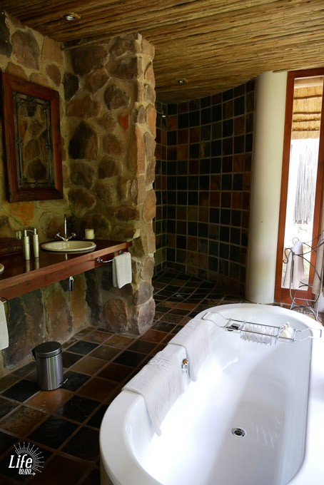 Badezimmer in der Ekuthuleni Lodge