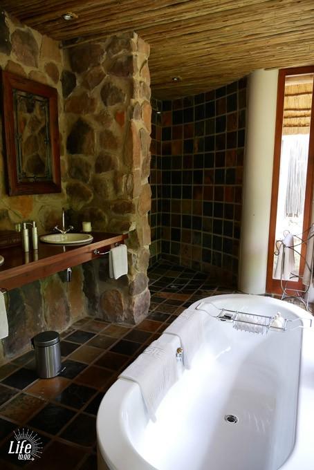 Badezimmer in der Ekuthuleni Lodge