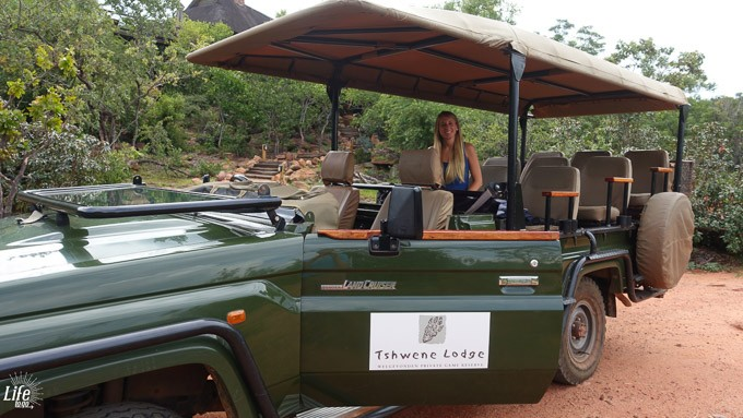 Tshwene Lodge Safari Auto vor dem Gamedrive