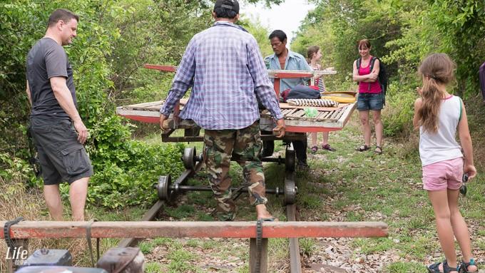Battambang Bamboo Train Aufbau nach Stau