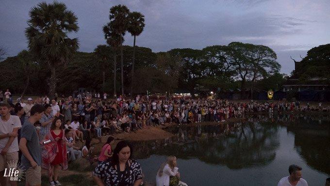 Angkor Wat Sonnenaufgang mit vielen Touristen