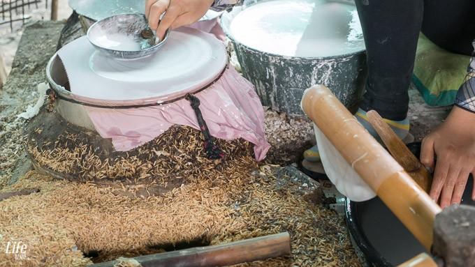 Reispapier wird hergestellt in Handarbeit, Battambang Kambodscha