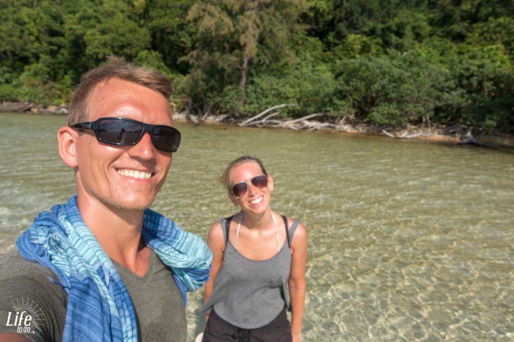 im Wasser vor dem Dschungel auf Koh Rong Samloem