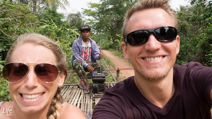 Wilde Fahrt mit dem Bamboo Train in Battambang Kambodscha, die Fahrt mit und auf dem Bambus Zug