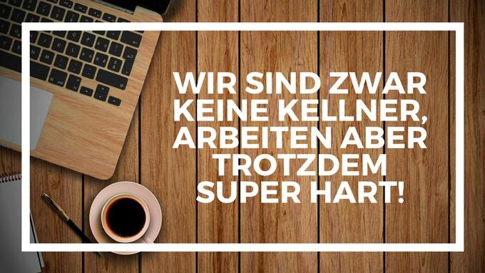 MacBook und Kaffee im Kaffeekasse Beitrag um uns zu unterstützen