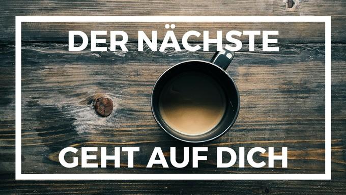 Tisch und Tasse Kaffee für Unterstütze uns Beitrag