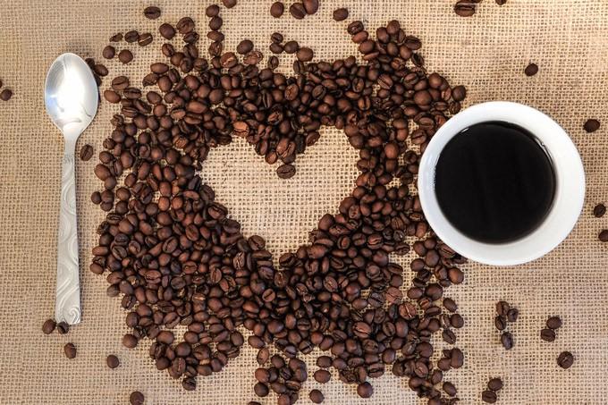 Kaffeebohnen und Kaffee in Kaffeetasse