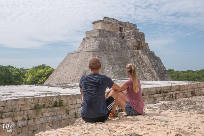 Ehepaar vor den Uxmal Ruinen