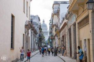 Seitengasse Havanna mit Blick auf das Kapitol