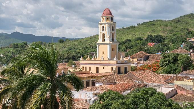 Aussicht auf Trinidad und St. Franziskus von Assisi Kirche mit Glockenturm