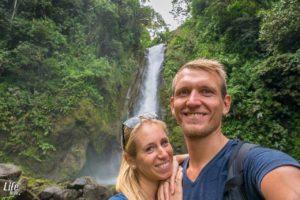 Foto vor dem Aquiares Wasserfall in Costa Rica