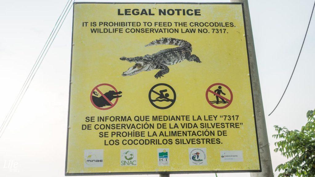 Rio Tarcoles Brücke Warnung vor Krokodilen