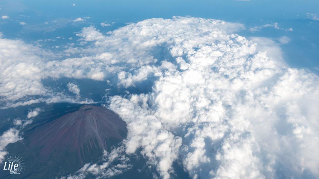 Aussicht auf den Mount Fuji aus dem Flugzeug in Richtung Hong Kong
