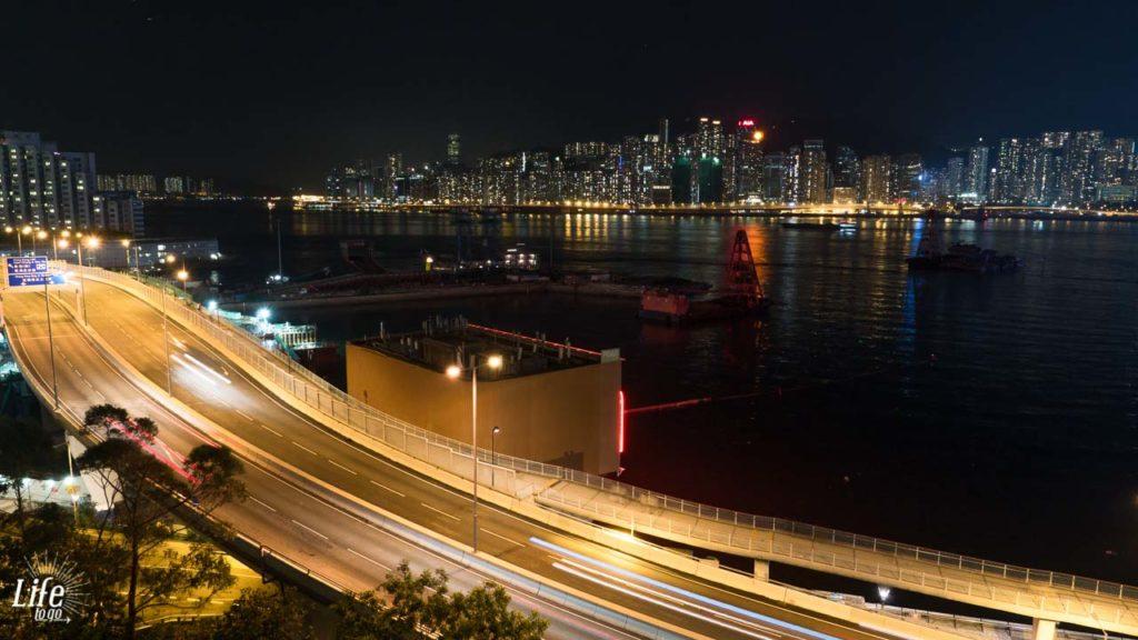 Aussicht bei Nacht aus dem New World Millenium Hotel Zimmer in Hong Kong