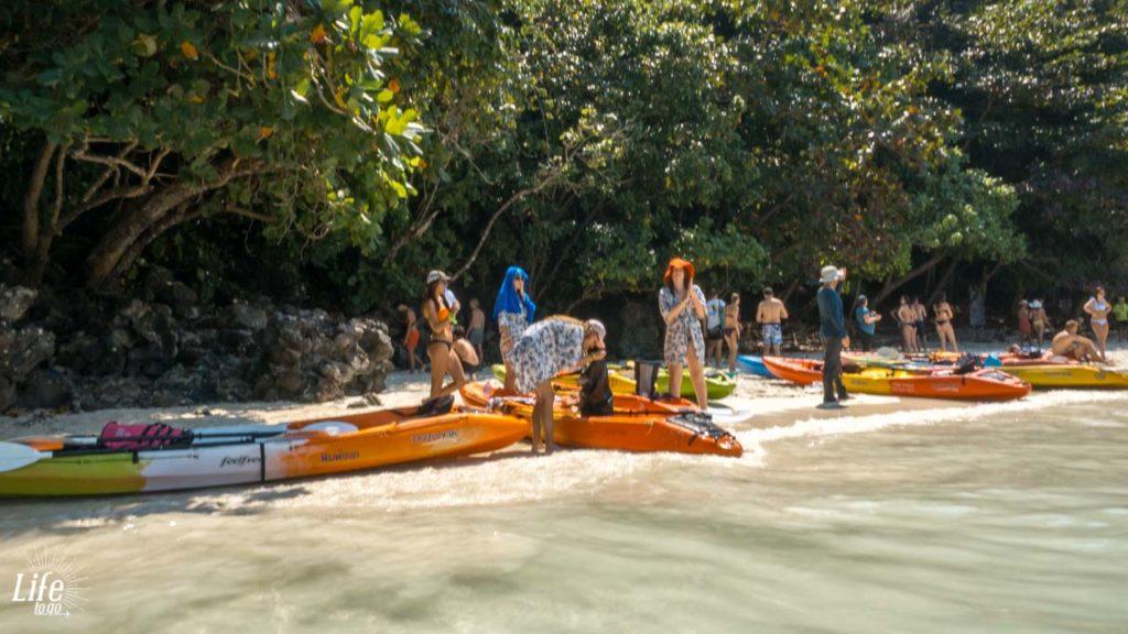 Monkey Beach Koh Phi Phi voller Kanus und Boote
