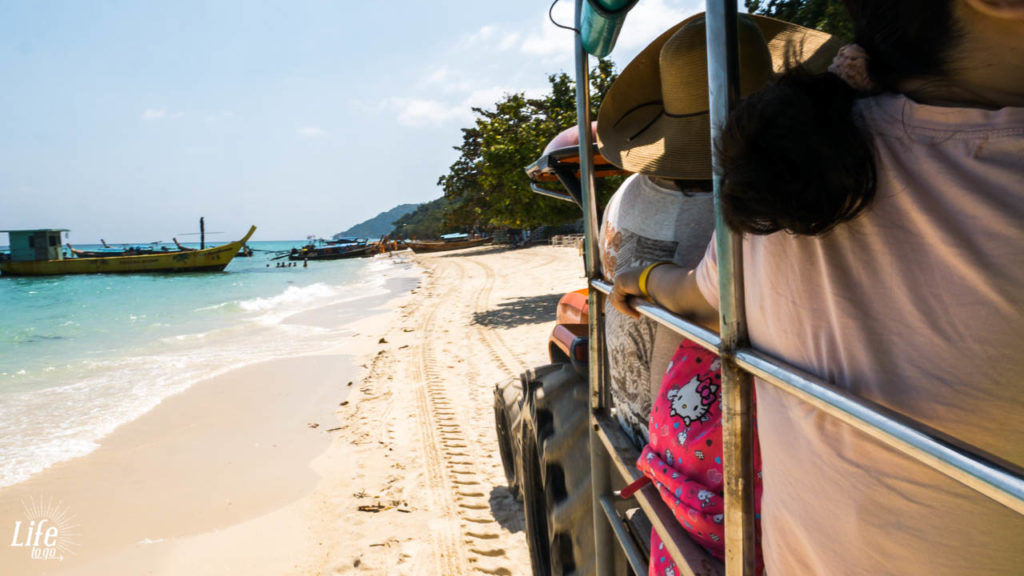 Abholung mit dem Traktor auf Koh Phi Phi zum Holiday Inn Resort