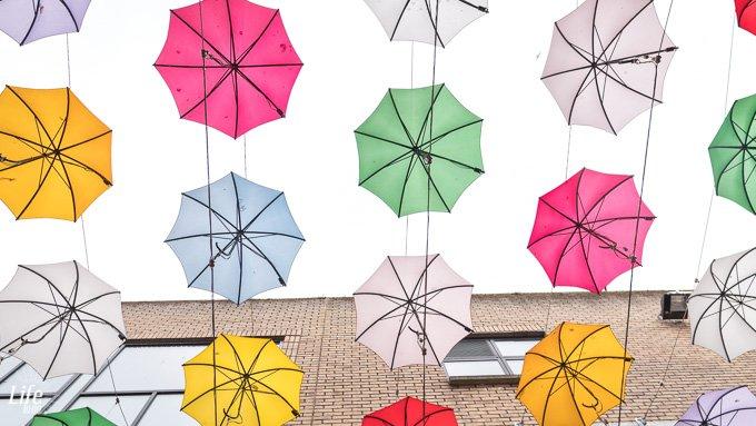 Anne's Lane Regenschirme vor dem Himmel Dublin