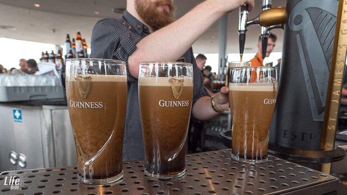 frisch gezapftes Guinness Bier im Guiness Storehouse Dublin
