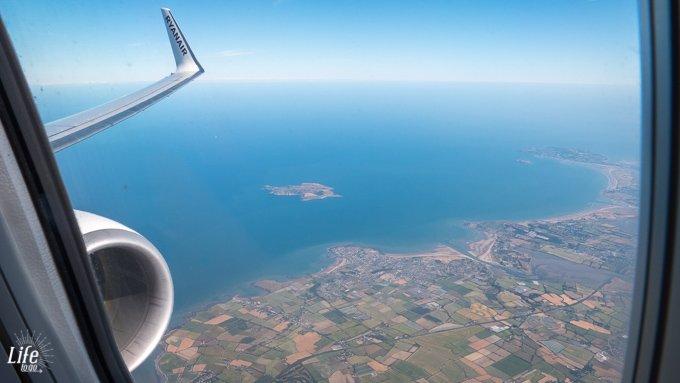 Aussicht aus dem Ryanair Flugzeug auf die Küste von Irland