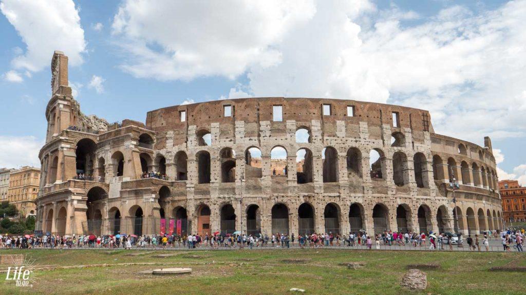 lange Warteschlange vor dem Kolosseum in Rom