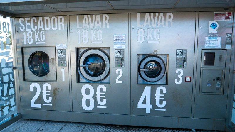 Wäsche waschen beim Intermarche Supermarkt in Portugal