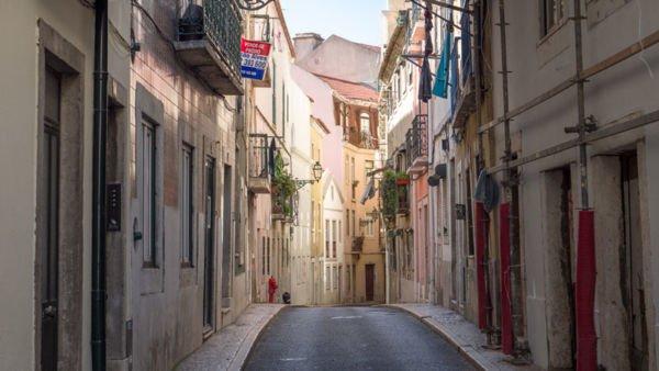 kleine Gasse in Lissabon
