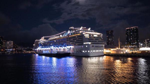 MSC Magnifica Nachts beleuchtet