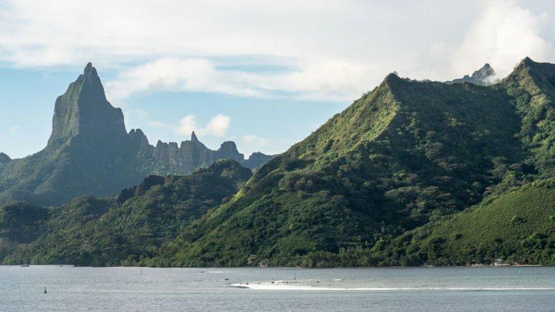 Moorea grüne Berge Ankunft mit Kreuzfahrtschiff