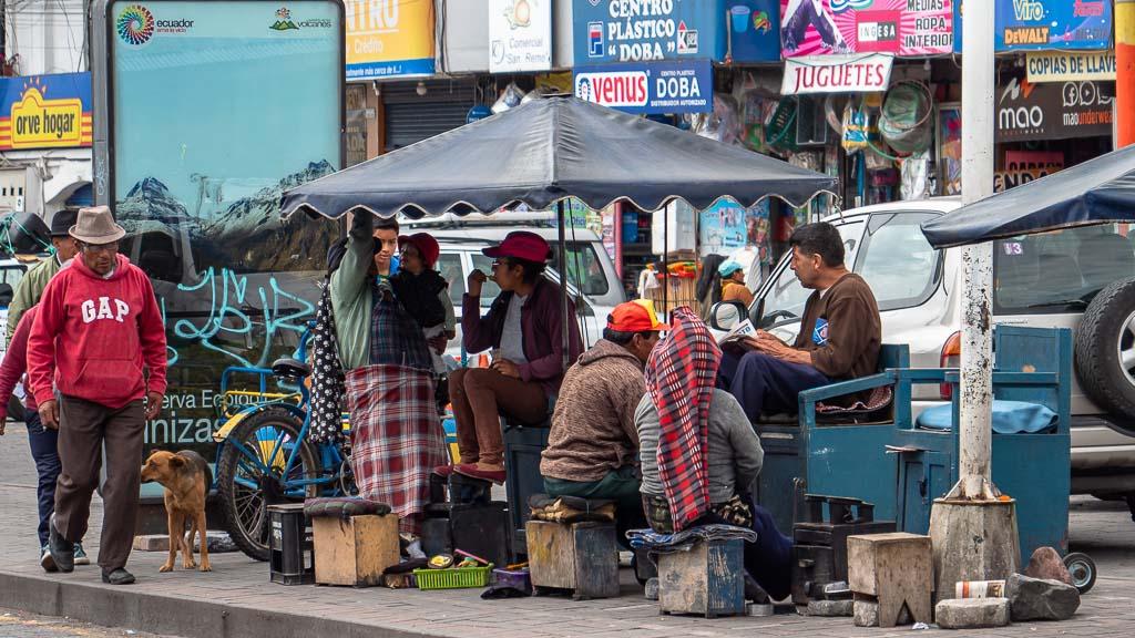 Schuhputzer in Machachi Ecuador bei der Arbeit