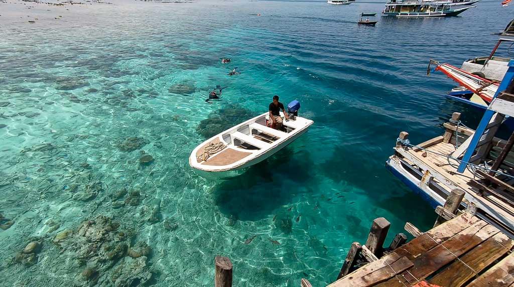 Kanawa Island schnorcheln vom Bootssteg im klaren Wasser