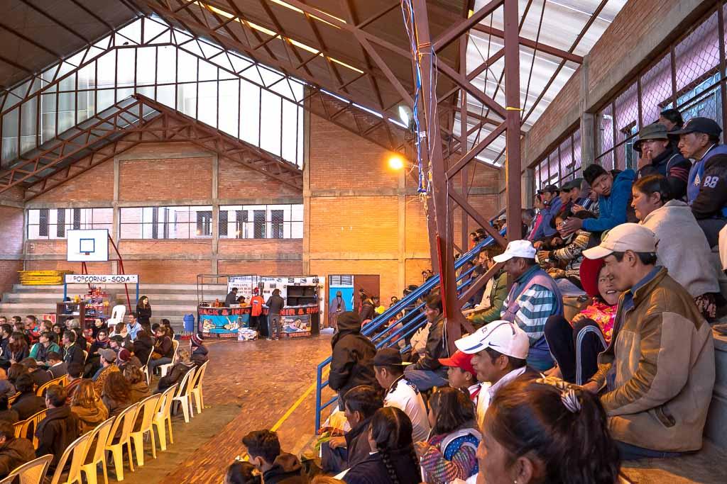 Einheimische und Touristen Zuschauer Cholitas Wrestling La Paz